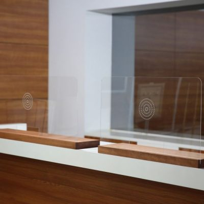 wood-framed-clear-hygiene-seperator-on-counter-27-55-x-16-53 (5)